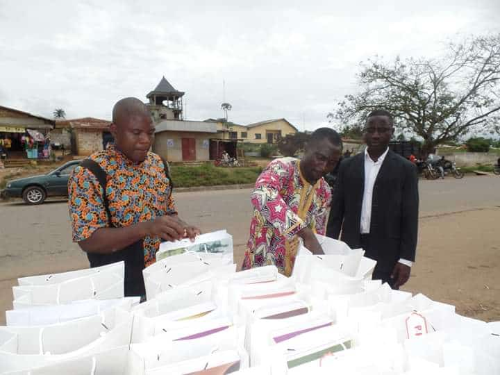 Photo de plusieurs hommes bénévoles qui se préparent à donner des kits scolaires grâce aux dons perçus par l'association DYPAMAK