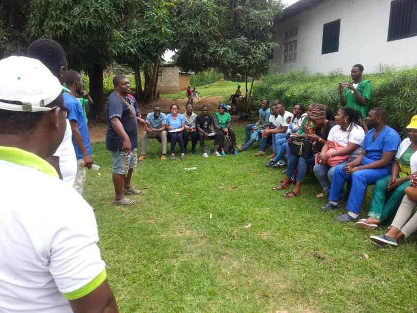 Photo qui montre un échange entre les bénévoles de la DYPAMAK et des riverains