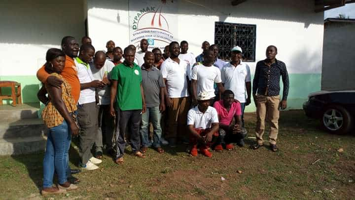 Photo montrer un groupe d'hommes et de femmes adhérents à l'association Dypamak